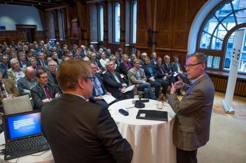 EVA:n verokeskustelu Kansallissalissa Helsingissä 27. tammikuuta 2014. Matti Apunen ja Jukka Pekkarinen.