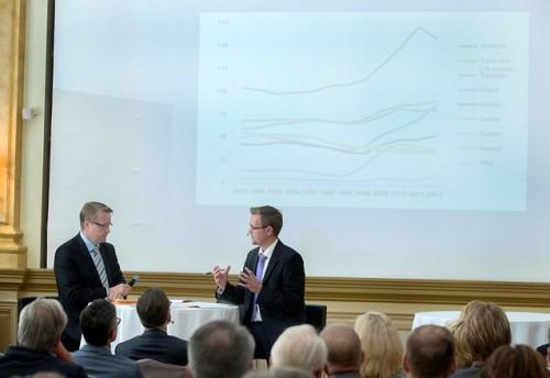 EVAn johtaja Matti Apunen haastatteli raportin kirjoittajaa, toimittaja Raine Tiessaloa raportin julkaisutilaisuudessa Kämpin Peilisalissa.