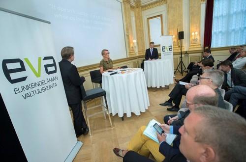 Eurooppa- ja ulkomaankauppaministeri Lenita Toivakka kommentoi Tiessalon raporttia julkaisutilaisuudessa.