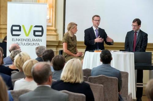 Julkaisutilaisuuden keskusteluun osallistuivat Matti Apusen johdolla Eurooppa-ja ulkomaankauppaministeri Lenita Toivakka, toimittaja Raine Tiessalo sekä ETLAn toimitusjohtaja Vesa Vihriälä.