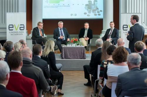 EVA Analyysin julkaisutilaisuuden keskusteluun osallistuivat Matti Apusen (vas.) johdolla valtiovarainministeri Antti Rinne, professori Vesa Puttonen sekä oikeustieteen tohtori Janne Juusela.