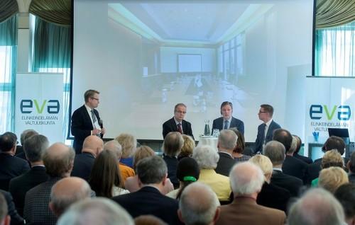 EVA Analyysin Hallitus tarvitsee kovan ytimen julkaisutilaisuuden keskusteluun Rake-salissa osallistuivat Matti Apusen (vas.) johdolla politiikan toimittaja Unto Hämäläinen, analyysin kirjoittaja Esko Aho sekä alivaltiosihteeri Timo Lankinen.
