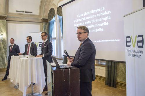 Tilaisuuden keskusteluun osallistui kirjoittajien lisäksi myös kansanedustaja Alexander Stubb.