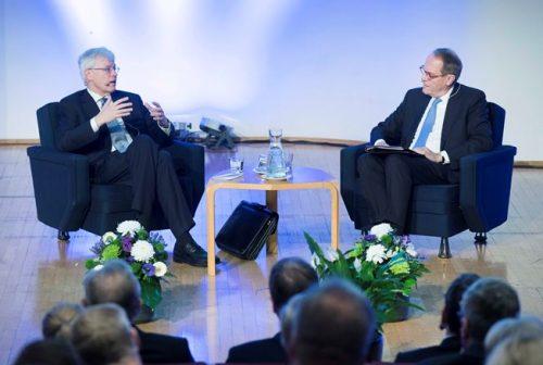 Kuvassa Nobel-voittaja Bengt Holmström (vas.) keskustelee EVAn hallituksen puheenjohtaja Jorma Ollilan kanssa.