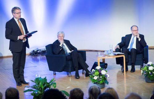 Kuvassa EVAn johtaja Matti Apunen (vas.) esittää Holmströmille yleisön kysymyksiä.
